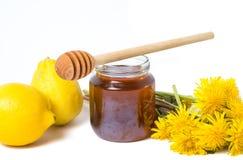 Miel del diente de león y flores frescas imagen de archivo