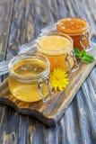 Miel del tilo, del alforfón y de la flor en los tarros de cristal Fotos de archivo