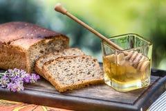 Miel del verano con pan y lavanda Fotografía de archivo
