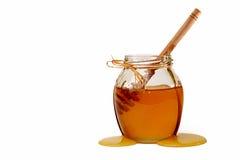 Miel dulce deliciosa con el cazo en el tarro de cristal Fotografía de archivo