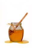 Miel dulce deliciosa con el cazo en el tarro de cristal Foto de archivo