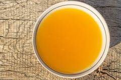 Miel dulce en cuenco en la tabla de madera rústica Fotos de archivo libres de regalías