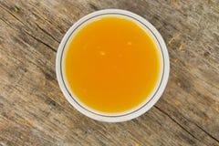 Miel dulce en cuenco en la tabla de madera rústica Foto de archivo