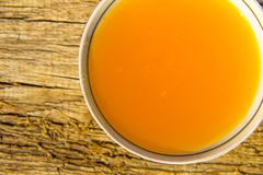Miel dulce en cuenco en la tabla de madera rústica Imagenes de archivo