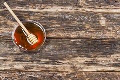 Miel dulce en la tabla de madera Imagen de archivo libre de regalías
