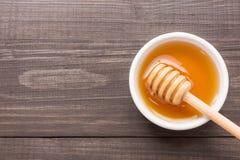 Miel dulce en la tabla de madera Visión superior Fotos de archivo