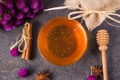 Miel en bol de vidrio con el cazo de la miel Foto de archivo libre de regalías