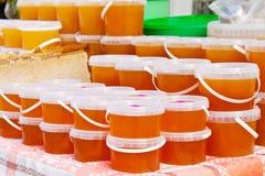 Miel en el contador del mercado Fotografía de archivo