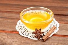 Miel en el cuenco de consumición de cristal en servilleta Imagen de archivo