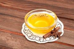 Miel en el cuenco de consumición de cristal en servilleta Fotografía de archivo