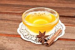 Miel en el cuenco de consumición de cristal en servilleta Foto de archivo