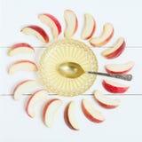 Miel en el florero, la cuchara y las manzanas alrededor en fondo blanco de madera Año Nuevo judío, Rosh Hashanah, visión superior Fotografía de archivo