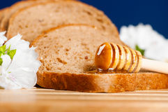 Miel en el pan fotografía de archivo libre de regalías