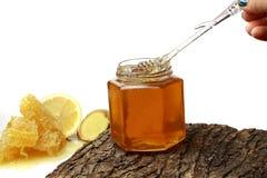 Miel en el peine, tarro de la miel Imagen de archivo