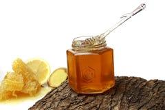 Miel en el peine, tarro de la miel Foto de archivo libre de regalías