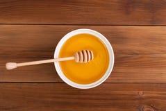 Miel en el tarro con una cuchara Fotografía de archivo libre de regalías