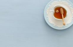 Miel en fondo de madera azul Hashanah de Rosh y x28; holiday& judío x29 del Año Nuevo; concepto Fotografía de archivo