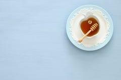 Miel en fondo de madera Hashanah de Rosh y x28; holiday& judío x29 del Año Nuevo; concepto Símbolo tradicional Fotografía de archivo
