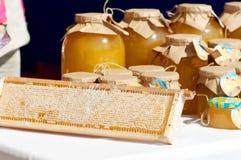 Miel en los bancos en el festival de la miel Fotos de archivo