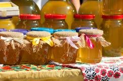 Miel en los bancos en el festival de la miel Imagen de archivo libre de regalías