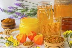 Miel en los tarros de cristal Panales y polen Imágenes de archivo libres de regalías