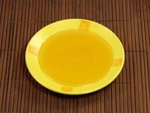 Miel en placa amarilla. Fotografía de archivo