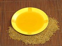 Miel en polen amarillo de la placa y de la flor. Fotografía de archivo libre de regalías