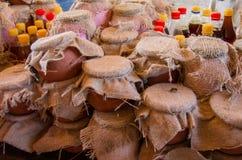 Miel en pote de cerámica tarros con la miel en mercado de la granja Imagen de archivo