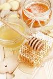 Miel en tarro con el cazo de la miel en fondo de madera Imagenes de archivo
