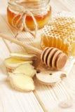 Miel en tarro con el cazo de la miel en fondo de madera Imagen de archivo