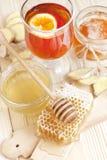 Miel en tarro con el cazo de la miel en fondo de madera Foto de archivo libre de regalías