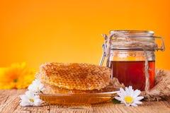 Miel en tarro con el panal Fotografía de archivo