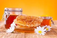 Miel en tarro con el panal Imagenes de archivo