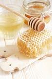 Miel en tarro con el panal Fotos de archivo libres de regalías