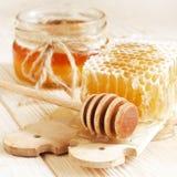 Miel en tarro con el panal Foto de archivo
