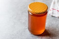 Miel en tarro con la tapa Copie el espacio Foto de archivo libre de regalías