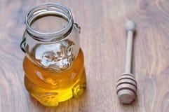 Miel en tarro en la forma del oso de peluche Fotos de archivo libres de regalías