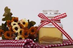 Miel en tarro en un fondo de madera Fotos de archivo