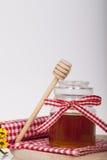 Miel en tarro en un fondo de madera Foto de archivo