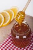 Miel en tarro en un fondo de madera Imagen de archivo