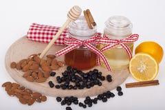 Miel en tarro en un fondo de madera Imagenes de archivo