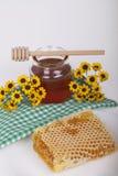 Miel en tarro en un fondo ligero Fotos de archivo libres de regalías