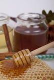 Miel en tarro en un fondo ligero Foto de archivo libre de regalías