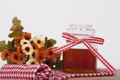Miel en tarro en un fondo ligero Imagenes de archivo