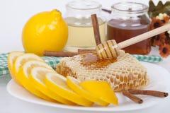 Miel en tarro en un fondo ligero Imagen de archivo