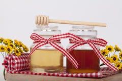 Miel en tarro en un fondo ligero Fotos de archivo