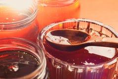 Miel en tarros, una cuchara de madera con la miel Fotos de archivo libres de regalías