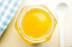 Miel en un tarro de cristal Fotografía de archivo