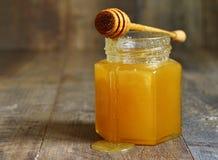 Miel en un tarro de cristal Foto de archivo