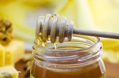 Miel en un tarro de cristal Fotografía de archivo libre de regalías
